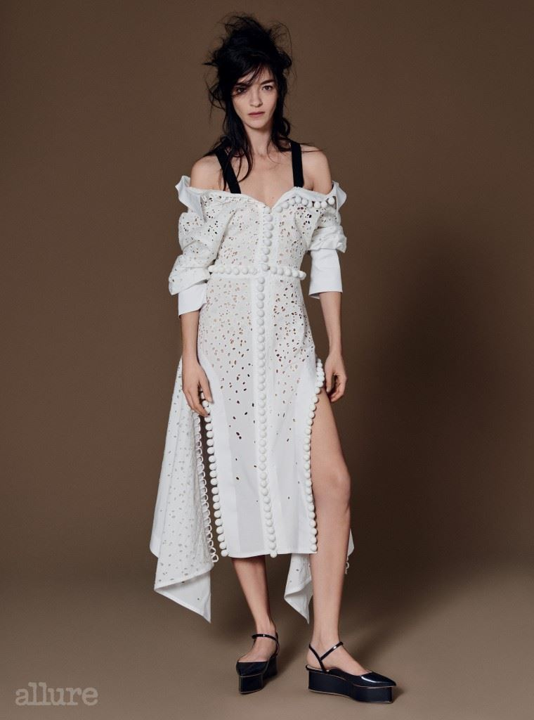 폼폼 장식의 면 소재 드레스는 프로엔자 스쿨러(Proenza Schouler). 슈즈는 델포조.