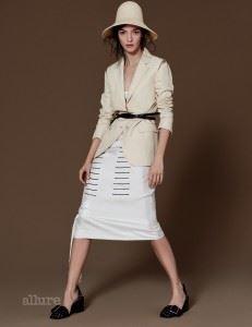 모자와 실크 드레스, 면과 실크 혼방 재킷, PVC 소재 벨트, 버클 장식 슈즈는 모두 질 샌더(Jil Sander).
