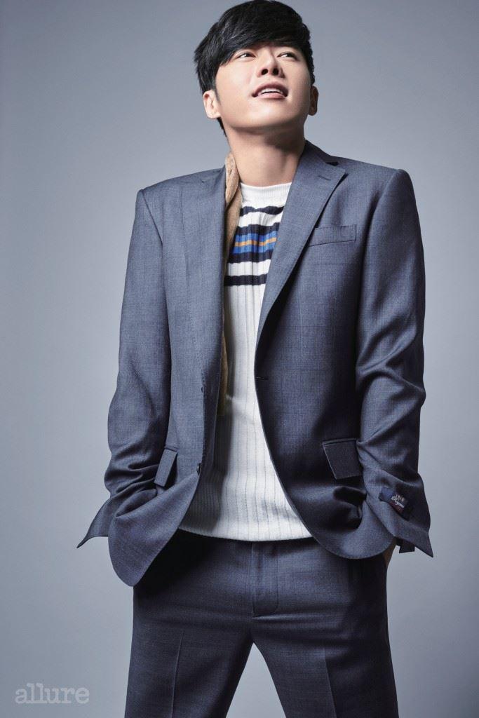 슈트는 브룩스 브라더스(Brooks Brothers), 스카프와 스웨터는 자라(Zara).