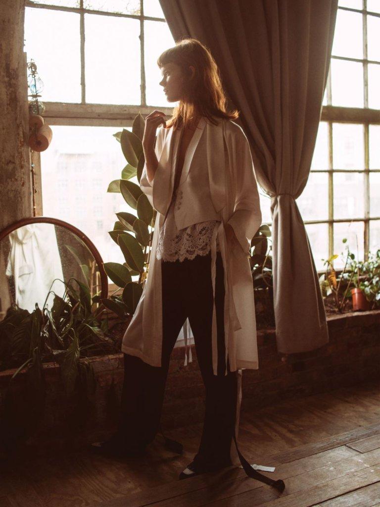 실크 소재 케이프, 울 소재 재킷, 레이스 장식의 캐미솔 톱, 비스코스 소재의 팬츠는 모두 지방시 바이 리카르도 티시 (Givency by Riccardo Tisci). 슈즈는 이던(Edun).