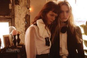 왼쪽 모델이 입은 블라우스는 보스(Boss). 팬츠는 스포트막스(Sportmax). 오른쪽 모델이 입은 블라우스는 랄프 로렌 컬렉션(Ralph Lauren Collection). 재킷은 돌체앤가바나(Dolce & Gabbana).