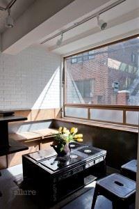 자개장으로 만든 테이블이 돋보인다.