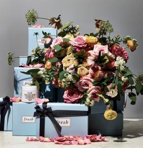 프레쉬의 로즈 페이스 마스크 이른 새벽녘에 수확한 다마스크 장미 꽃잎이 녹아 흡수되는 동안 피부는 풍부한 수분으로 가득 차 오른다. 100ml 8만2천원대.