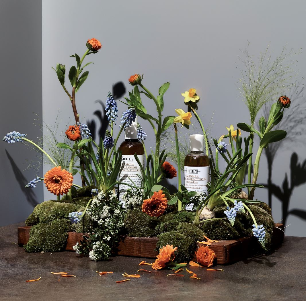(왼쪽부터) 키엘의 칼렌듈라 꽃잎 클렌저 활짝 핀 칼렌듈라 꽃잎처럼 풍성하게 피어나는 거품으로 모공 속까지 딥 클렌징한다. 세안 후 땅김 없이 촉촉한 피부를 유지하고 은은한 칼렌듈라 향기가 남는다. 230ml 3만9천원대. 키엘의 칼렌듈라 꽃잎 토너 50년 동안 고객들에게 사랑받아온 키엘의 베스트셀러 토너로 꽃잎을 한 잎 한 잎 손으로 채취해 정성스럽게 담았다. 탁월한 진정효과로 피부를 편안하게 한다. 250ml 5만9천원대.