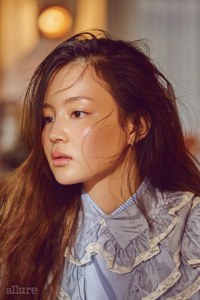오간자 소재 러플 드레스와 셔츠는 미우미우(Miu Miu).