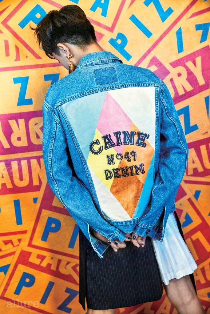 데님 소재 재킷은 카인 런던 바이 분더샵(Caine London by Boon the Shop). 면 소재 스커트는 DKNY. 골드 소재 귀고리는 잉크.