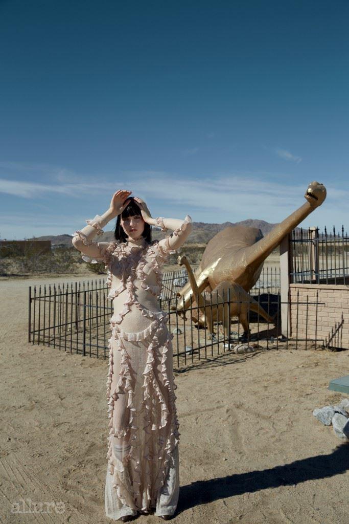 러플 장식의 드레스는 알렉산더 맥퀸(Alexander McQueen).