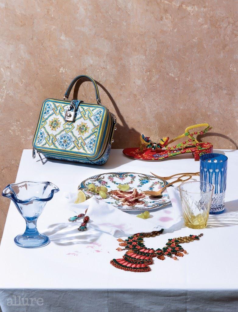 (왼쪽 위부터) 송아지 가죽 소재 토트백과 양가죽 소재 샌들은 모두 돌체앤가바나(Dolce&Gabbana). 접시는 빌라토브(Villatov). 크리스털과 무라노 글라스 장식의 브라스 소재 귀고리는 대니조 바이 반자크(Dannijo by Bbanzzac). 크리스털 장식의 면 소재 목걸이는 스베바 바이 분더샵(Sveva by Boon the Shop). 노란색 컵과 면 소재 냅킨은 모두 자라홈(Zara Home). 파란색 컵과 커트러리는 에르메스.