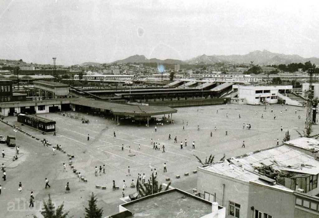 용 산 역, 1 9 8 2 용산역의 역사는 서울역보다 길다. 1900년 노량진까지만 놓였던 경인선이 연장되고, 1905년 경부선이 개통되어 용산역이 포화상태에 이르자 등장한 것이 경성역, 지금의 서울역이기 때문이다. 서울역의 활약으로 쇠락의 길을 걷던 용산역은 1974년, 전철 1호선이 개통되고 KTX가 출범한 2004년 이후 호남선, 전라선, 장항선의 출발역으로 자리매김하며 지금의 번화함에 이르렀다. 용산전자상가는 역 근처의 농수산 시장이 가락동으로 옮겨간 1987년 이후 등장한 것이다. 2004년 용산역과 연결된 현대아이파크몰이 개장했고, 올해 국내 최대 규모인 신라면세점이 문을 열었다.