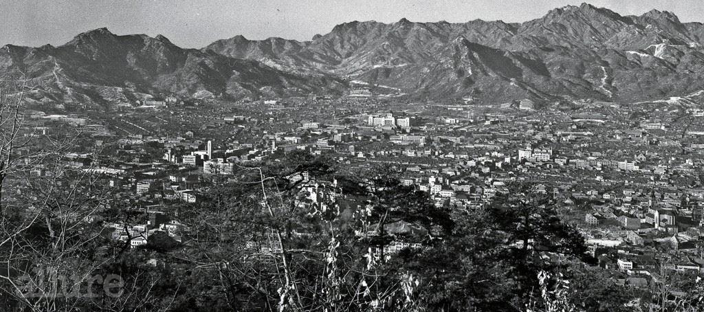 서 울 전 경, 1 9 4 5 1945년 광복 이후, 일본군 무장 해제를 위해 한국을 찾은 미군 소속 포토 저널리스트인 돈 오브라이언. 그는 약 일년 동안 한국을 여행하며 여러 사진을 남겼다. 1945년 12월에 촬영된 이 사진은 당시 서울의 전경을 담고 있다. 북한산 아래 가장 눈에 띄는 건물이 현 광화문에 자리했던 중앙청으로, 중앙청 중앙홀은 당시 국회의사당으로 사용되기도 했다. 우리가 알고 있는 지금의 여의도 국회의사당은 1975년에 지어졌다.