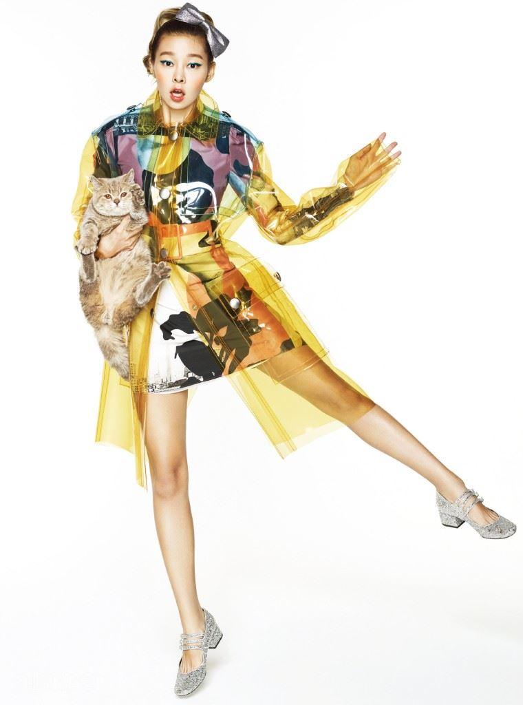 PVC 소재의 레인 코트는 미우 미우(Miu Miu). 실크 소재 드레스는 까르벵(Carven). 글리터 소재의 메리제인 슈즈는 생 로랑 바이 에디 슬리먼(Saint Laurent by Hedi Slimane). 글리터 장식의 리본 머리띠는 에디터 소장품.
