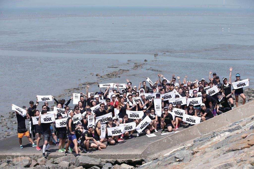8km를 완주하고 바다를 배경으로 기념 사진을 찍었다.