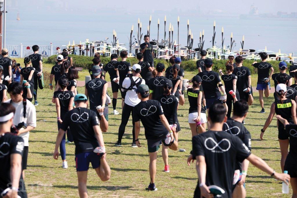 인천 바다를 바라보며 준비 운동을 하는 러너들.