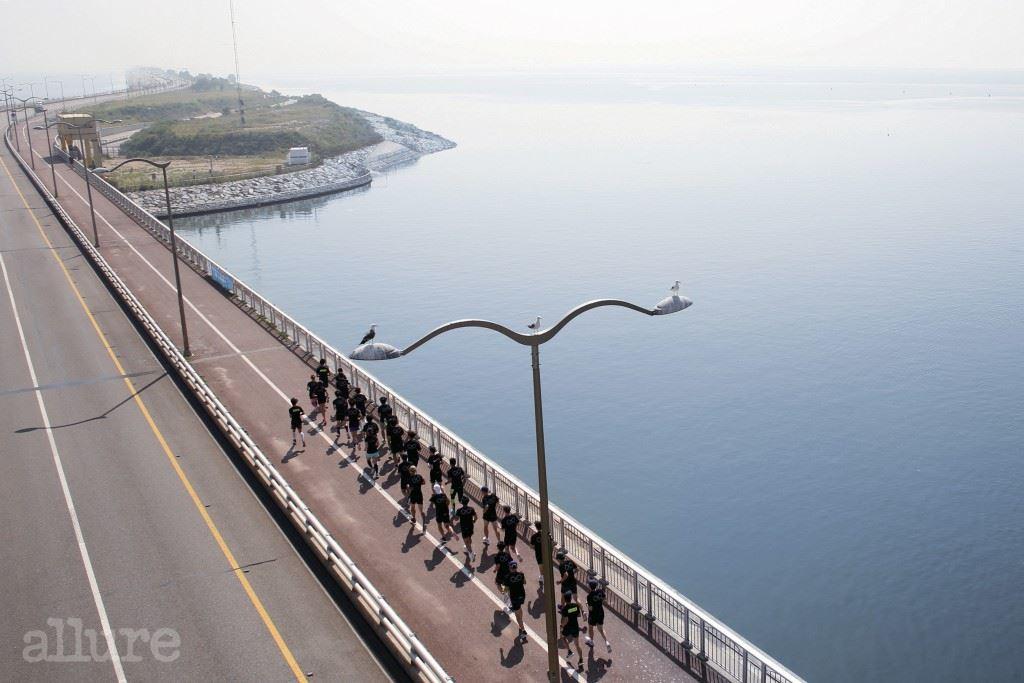 러너들이 국내에서 가장 긴 직선 도로 중 하나인 시화방조제를 달리고 있다.