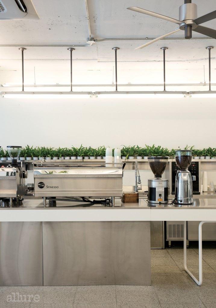 #2 스테인리스 가구 제작  8m 길이의 스테인리스 소재 바는 주방 ,  카운터에서 일할 때의 동선과 배치되는 장비를  꼼꼼히 고려해 최적의 디자인을 설계했다 .  제작은 주방 가구 전문 제작 업체에 의뢰한 것 .