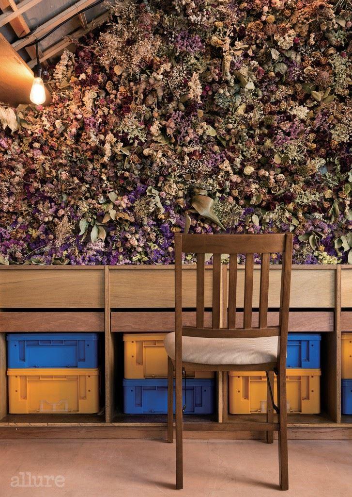 #1 드라이 플라워의 활약  드라이 플라워는 꽃이 어느  정도 폈을 때 통풍이 잘되고  그늘진 곳에 거꾸로 매달아  말려서 만든다 . 이때 장미 ,  천일홍 , 시네시스 , 스타치스  처럼 말랐을 때 색이 잘  나는 꽃을 선택하는 것이  중요하다 . 꽃벽을 만들고  싶다면 스티로폼 판을 벽에  붙이고 촘촘하게 드라이  플라워를 꽂으면 된다.