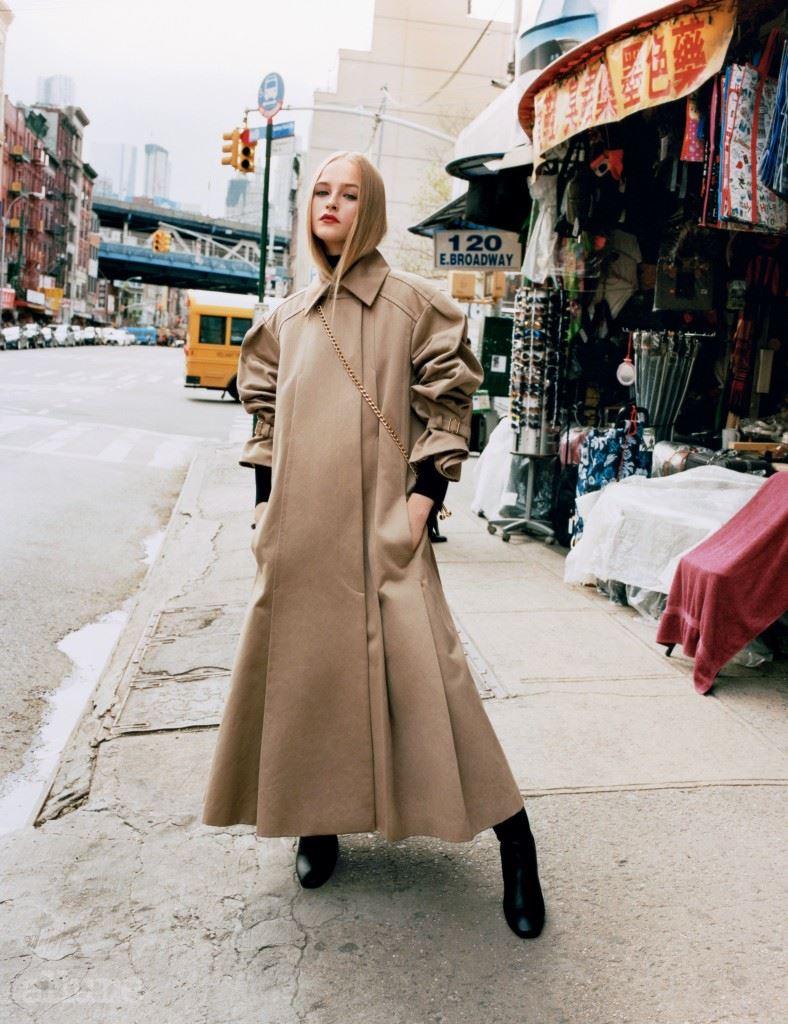 면과 새틴 소재 트렌치 코트는 샤넬(Chanel). 울 소재 터틀넥 스웨터와 체인백은 모두 J.W. 앤더슨(J.W. Anderson). 부츠는 에르메스(Hermes).