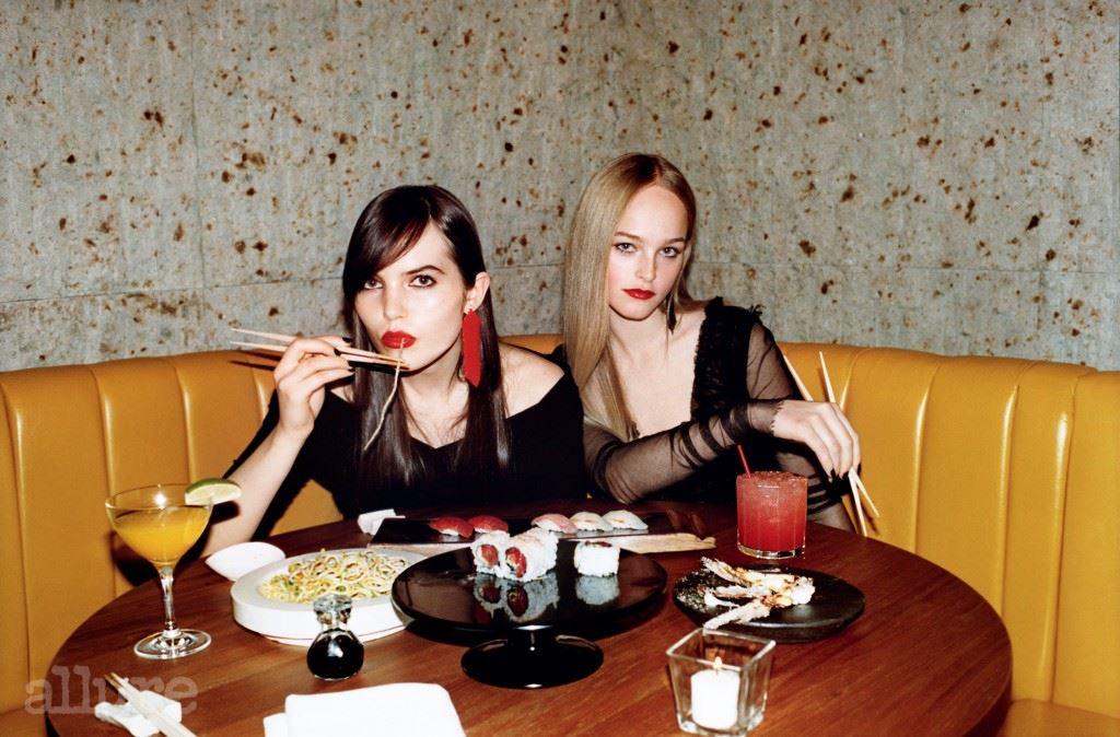 왼쪽 모델이 입은 울 소재 드레스와 오른쪽 모델이 입은 시스루 드레스는 모두 돌체앤가바나(Dolce & Gabbana). 두 모델이 착용한 드롭형 귀고리는 모두 파코 라반(Paco Rabanne).