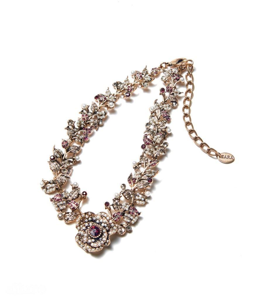 크리스털 장식의 초커 목걸이는 3만5천원, 자라(Zara).
