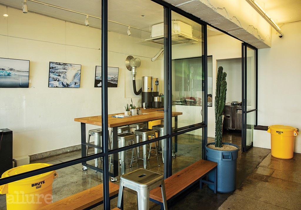 오로지 커피를 위한 내부는 원두 로스팅과 커핑, 그리고 교육을 위한 공간과 손님에게 커피를 대접하는 공간으로 나뉜다.