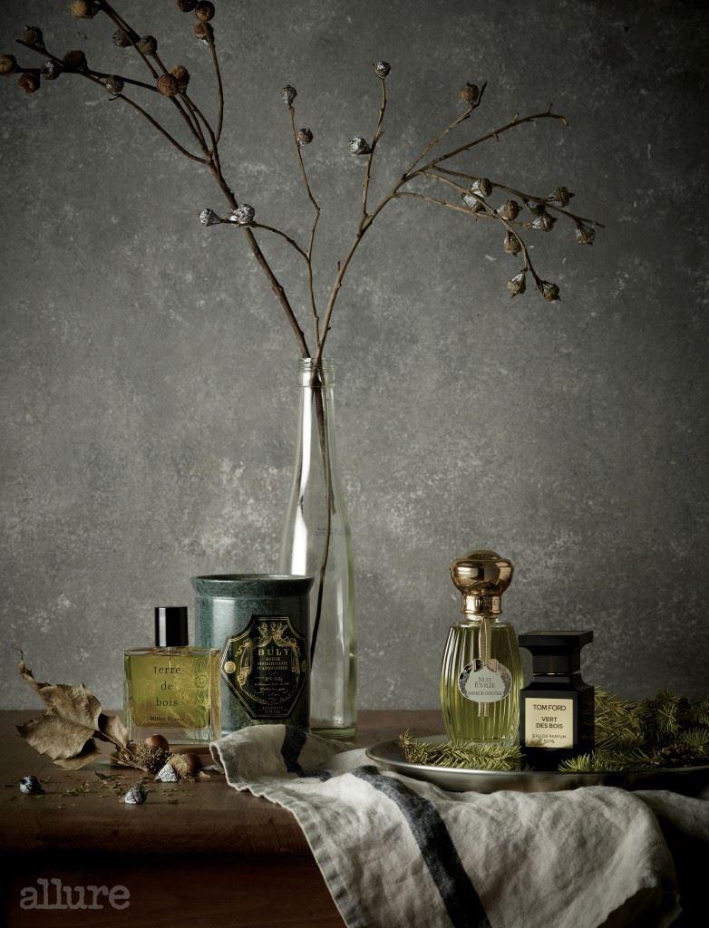 (왼쪽부터) 흙내음이 나는 갈바눔과 향긋한 풀내음이 느껴지는 버베나와 베티버의 조합이 낙엽이 쌓인 숲길을 연상시키는 밀러 해리스의 테르 드 부아 오드퍼퓸. 베르가모트와 파촐리의 풋풋한 향과 오크와 향나무의 나무 냄새가 어우러져 평화로운 분위기를 자아내는 불리 1803의 레 부지 퍼푸메 향초. 오렌지의 신선함과 민트의 청량함, 전나무의 청아함이 조화를 이룬 아닉 구딸의 뉘 에뚜왈레 오드퍼퓸. 올리브나무 잎과 송진, 통카빈, 파촐리가 가을 숲을 떠오르게 하는 톰 포드 뷰티의 르 엑스트레 베르 컬렉션 베르 드 부와 오드퍼퓸.