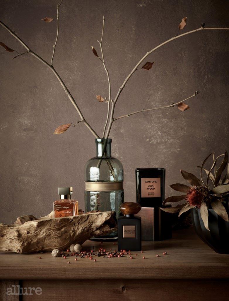 (왼쪽부터) 시암 벤조인과 통카빈을 조합해 캐시미어의 따스한 온기가 느껴지는 메종 프란시스 커정의 그랑 수와 오드퍼퓸. 앰버 향에 시나몬, 파촐리 향이 더해져 독특하고 강렬한 향을 풍기는 조르지오 아르마니의 아르마니 프리베 앙브르 이첸트리코 오드퍼퓸. 값비싼 향료인 침향 나무와 로즈 우드, 앰버, 통카빈이 어우러진 신비로운 스모키한 향으로 공간을 채우는 톰 포드 뷰티의 프라이빗 블렌드 캔들 컬렉션 우드 우드.