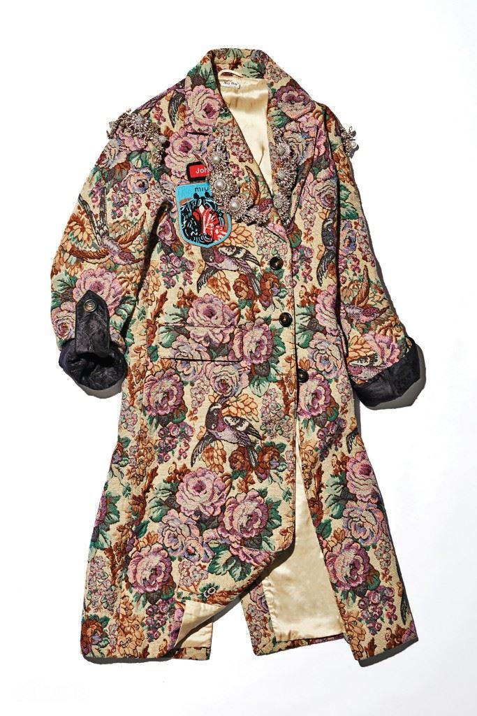 주얼 장식의 자카드 소재 코트는 가격미정, 미우미우.