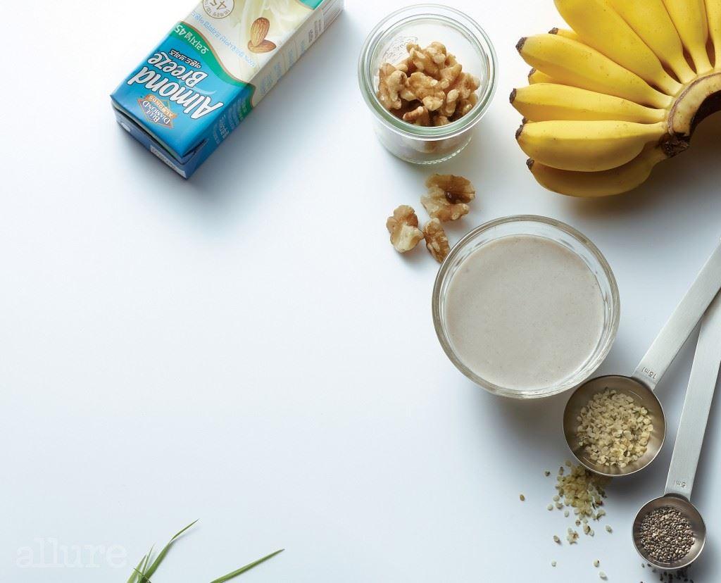 열량은 낮고 근육 단련에 필요한 양질의 단백질과 불포화지방산이 풍부한 바나나와 아몬드밀크, 햄프시드, 치아시드가 들어 있어 운동 효과를 높이는 디톡스 스무디.