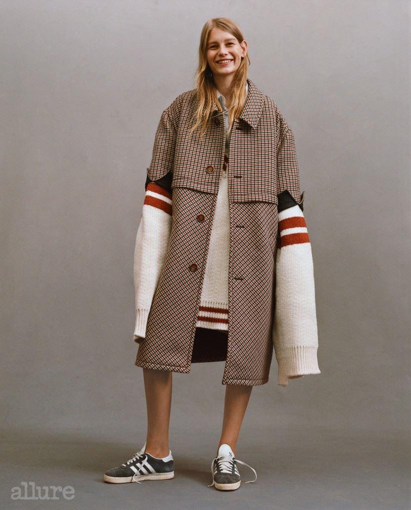 스웨터는 안젤로(A.N.G.E.L.O). 체크 패턴 코트는 토즈(Tod's). 데님 셔츠는 리바이스(Levi's). 스니커즈는 아디다스 오리지널스.