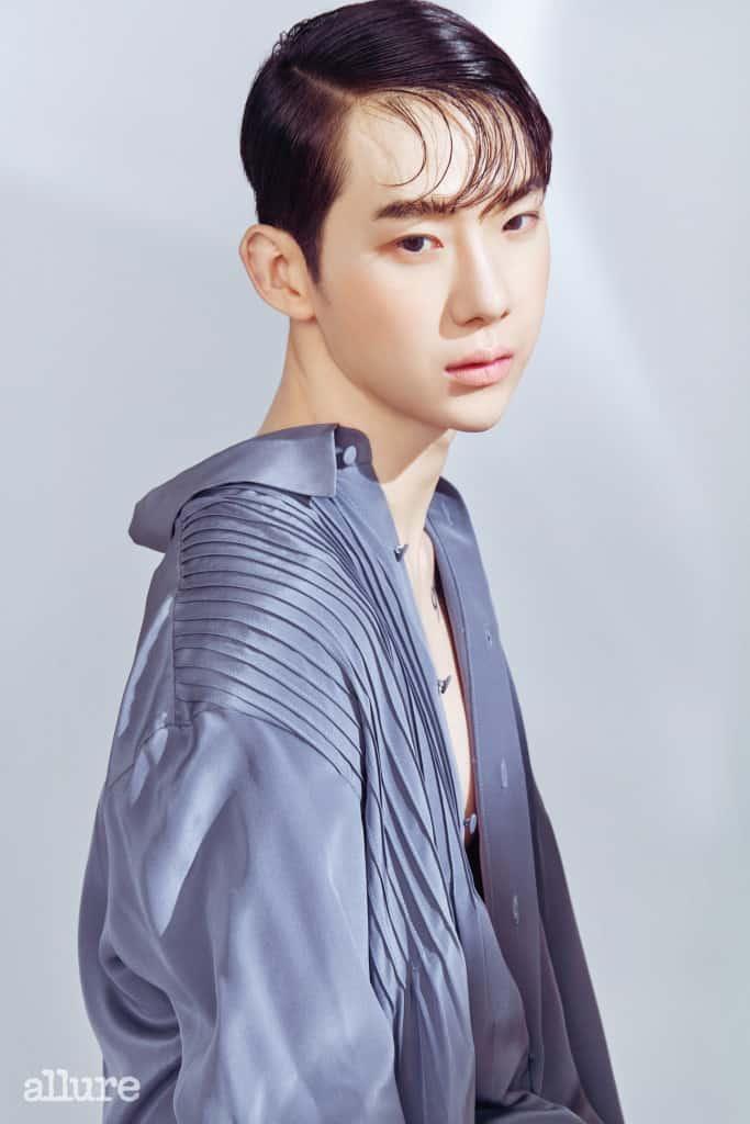 핀턱 디테일의 실크 소재 드레스 셔츠는 김서룡(Kimseoryong).