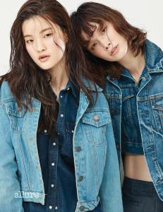 서유진이 입은 데님 셔츠는 리바이스(Levi's). 데님 재킷은 동묘시장에서 구입한 제품. 송경아가 입은 데님 재킷은 모두 동묘시장에서 구입한 제품. 데님 팬츠는 로에베(Loewe).