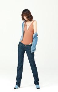 데님 셔츠와 데님 팬츠는 아름다운 가게 제품. 폴라아미드 소재 수영복은 H&M. 데님 슈즈는 샤넬(Chanel).