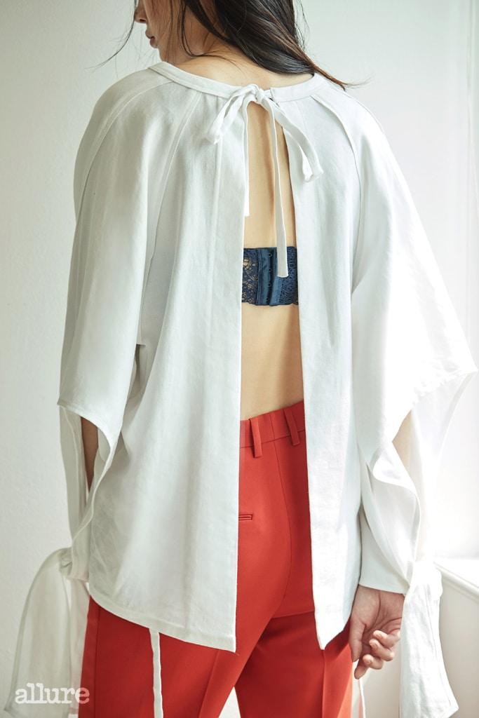 면과 리넨 소재의 셔츠는 가격미정, 보브(Vov). 아세테이트 소재의 와이드 팬츠는 31만5천원, 폼스튜디오(Fourm Studio). 레이스 소재의 브라는 6만2천원, 에탐(Etam).