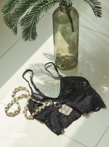 레이스 소재 브라렛은 6만2천원, 에탐. 메탈과 글라스필 소재 목걸이는 가격미정, 샤넬(Chanel).