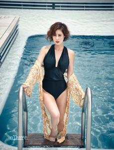 수영복은 마제이부띠끄 (MA:J Boutique). 로브는 로브로브(Lovlov).
