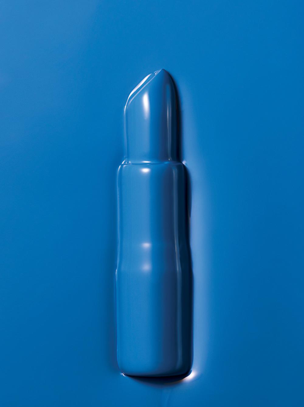 립스틱 퀸 바이 시코르의 헬로 세일러. 짙은 네이비 블루 컬러지만 입술에 닿으면 블랙 베리 컬러로 변한다.
