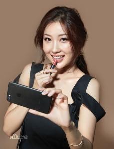 드레스는 유돈 초이(Eudon Choi), 귀고리는 자라(Zara).