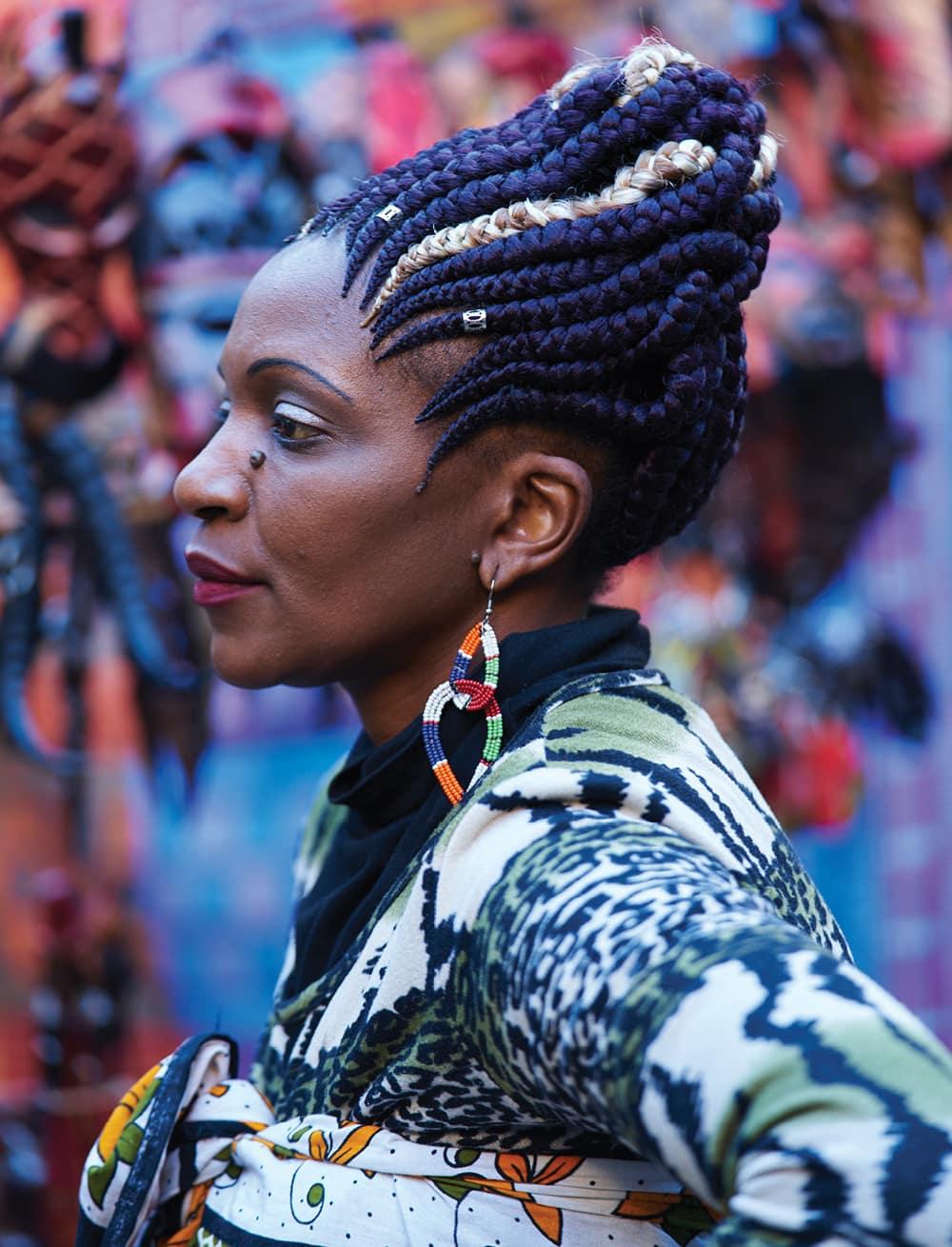 남아공의 케이프타운 플리마켓에서 장사하는 여자다. 헤어 스타일이 멋있어서 사진을 찍으려고 하니 사진 찍는 대신 물건을 사달라고 해서 샀다. 아프리카에서 만난 사람 중 가장 화려한 여자였다.