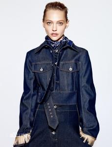 데님 재킷, 셔츠, 팬츠는 모두 스텔라 맥카트니(Stella McCartney). 스카프는 멀렛 머칸타일(Melet Mercantile).