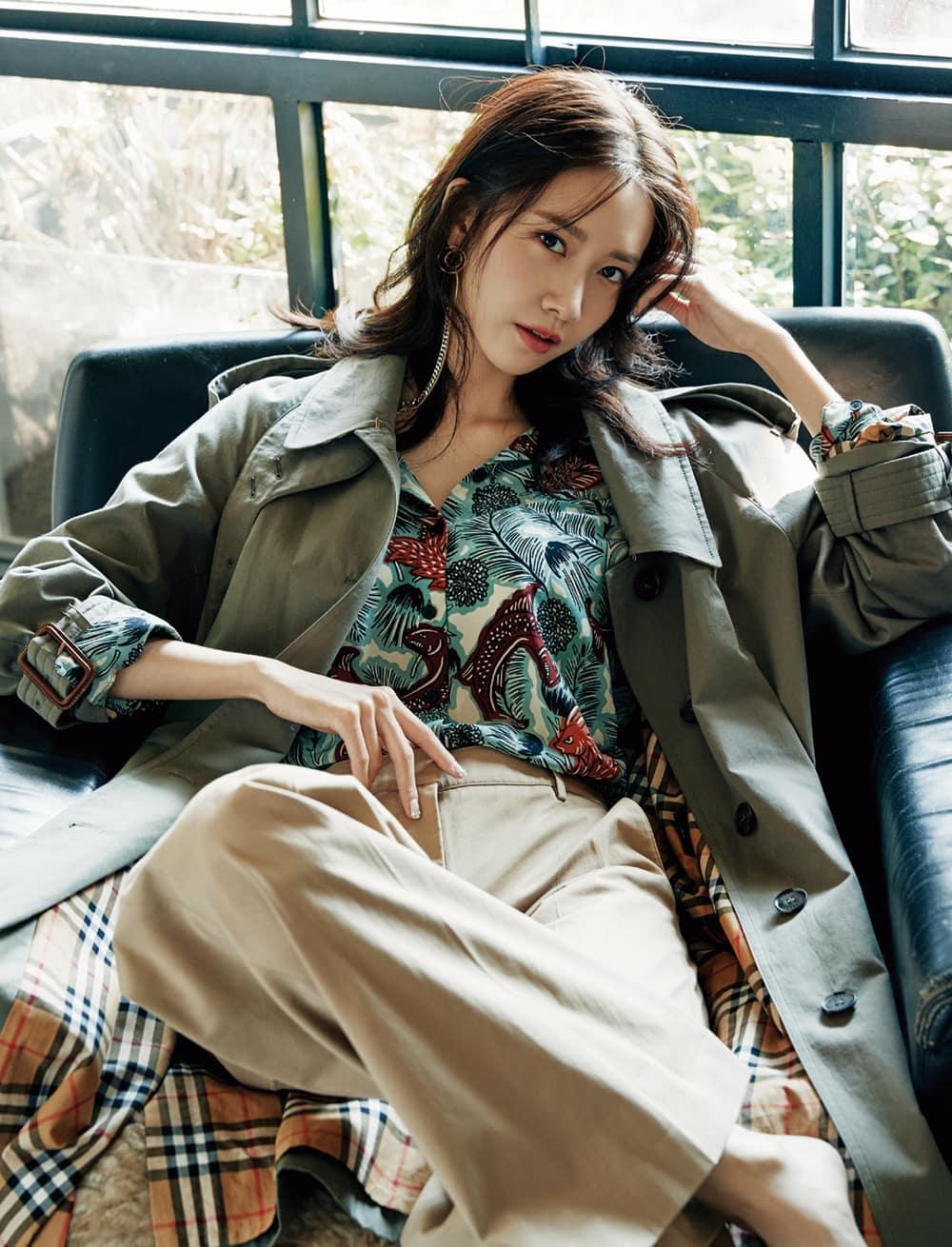 개버딘 소재의 카 코트, 비스트 컬렉션 실크 소재 셔츠, 면 소재 팬츠는 모두 버버리. 새틴