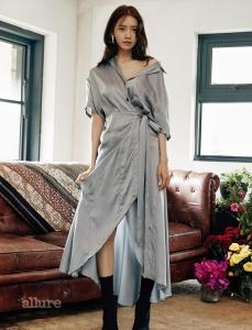 새틴 실크 소재 셔츠 드레스, 앵클 부츠는 모두 버버리.