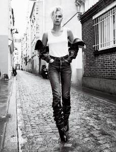 탱크톱, 데님 팬츠, 베스트, 벨트, 부츠는 모두 생 로랑 바이 안토니 바카렐로(Saint Laurent by Anthony Vaccarello).
