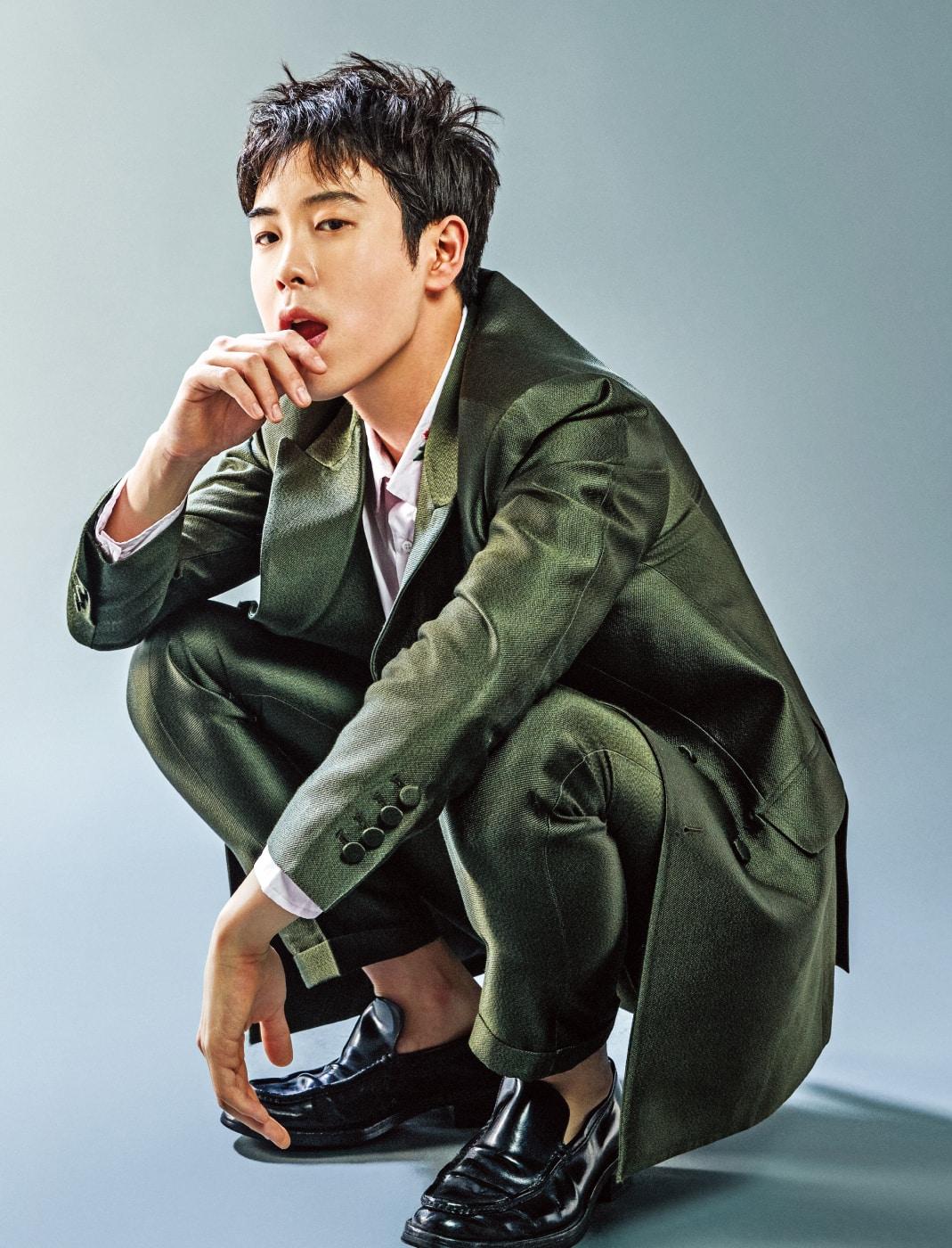 슈트는 김서룡 옴므 (Kimseoryong Homme). 셔츠는 스타일리스트 소장품.