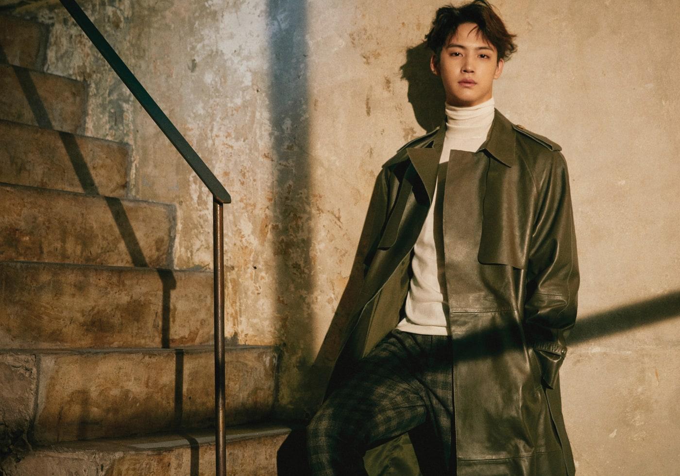 레더 트렌치 코트는 자라(Zara), 터틀넥 톱은 발리(Bally), 체크무늬 팬츠는 문수권(Munsoo Kwon).