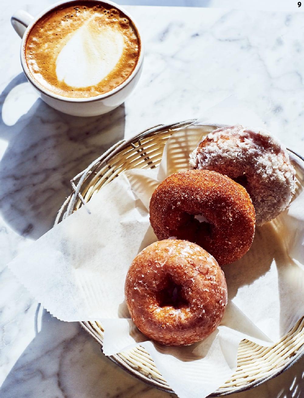 9 스캐니아틀라스 베이커리의 카푸치노와 도넛.