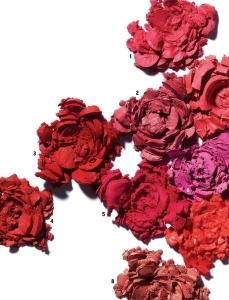 1. 톰 포드 뷰티의 립  컬러 매트 더 퍼펙트 키스 은은한 광이 감도는 옅은 핑크빛 매트 립스틱. 보송한 제형이 입술에 편안하게 밀착되고 선명한 컬러가 오래 유지된다.  3g 6만2천원. 2. 엘리자베스  아덴의 뷰티플 컬러 모이스춰라이징 립스틱 매트 쉐이드 47 로즈 페탈 새틴 파우더를 함유한 보송한 제형이 입술에 얇은 막을 형성해 컬러가 최대 12시간 지속된다. 보습에 효과적인 망고버터, 시어버터를 담아 입술이 건조하지 않다.  3.5g 3만5천원. 3. 디올의 루즈 디올 매트 999  루즈 디올의 시그니처 컬러인 999 컬러의 매트 립스틱 버전으로, 클래식한 레드 컬러가 오랫동안 또렷하게 유지된다. 망고 버터와 히알루론산을 함유해 각질 부각이 적다. 3.5g  4만2천원. 4. 블리블리의  매트 립스틱 어텀 로즈 미세한 파우더 콤플렉스가 입술 주름 사이사이를 매끈하게 채워 한층 보드라운 매트 립이 연출된다. 세라마이드 성분이 건조하고 부르튼 입술에 영양을 공급한다. 3.5g 2만1천원. 5. 슈에무라의 루즈 언리미티드 슈프림  마뜨 PK376 강남 핑크 수없이 품절 대란을 일으켰던 루즈 언리미티드의 대표 컬러로, 강렬한 푸시아 핑크색이 안색을 밝힌다. 입술에 부드럽게 발리면서도 파우더를 바른 듯 보송하게 마무리된다. 3.4g  3만7천원대. 6. 시세이도의 루즈 루즈 RS418  페루비앙 핑크 로즈 컬러와 레드 컬러가 혼합된 오묘한 핑크 컬러의 립스틱. 마이크로 실키 파우더와 오일 성분을 함유해 발림성이 뛰어나고 입술 곳곳에 컬러가 균일하게 밀착된다.  4g 3만9천원대.  7. 샤넬의 루쥬 알뤼르 벨벳 64 퍼스트 라이트 햇살이 어른거리는 LA의 낮을 밝은 레드 컬러로 표현했다. 수분 함유량이 높아 입술이 건조해지지 않고 벨벳처럼 보드랍게 발린다. 3.5g 4만2천원. 8. 로라 메르시에의  벨루어 러버스 립 컬러 센슈얼  고농축 컬러 피그먼트가 담겨 한 번만 발라도 또렷하게 발색되는 누드 컬러 립스틱. 매티파잉 파우더가 입술 주름을 매끄럽게 채워 본래 입술보다 더 통통해 보인다.  3.6g 3만9천원.