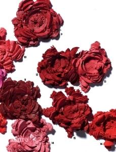 9. 입생로랑의 루쥬 솯르 꾸뛰르 더  마뜨 N216 레드 클래쉬 우아한 로즈 핑크 컬러의 매트 립스틱. 오일과 미세한 파우더가 배합돼 선명한 컬러가 입술 건조함 없이 오랫동안 유지된다. 3.8g  4만3천원대. 10. 메이블린 뉴욕의 파우더 매트  립스틱 애비뉴 C 뉴욕의 애비뉴 C 스트리트에서 영감 받은 산호색 매트 립스틱. 기존 자사의 매트 립스틱보다 파우더를 2배 더 함유해 보송보송하게 입술에 밀착된다.  3.9g 1만5천원.  11. 바비 브라운의 크러쉬드  립 칼라 23 체리 비타민 C와 E, 비즈왁스 성분을 함유한 부드러운 크림 제형이 입술에 가볍고 촉촉하게 밀착된다. 한 번만 발라도 고혹적인 레드 베리 컬러가 또렷하게 표현된다.  3.4g 3만9천원대. 12. 클리오의 매드 매트 립  18 딥 크랜베리 미세한 마이크로 피그먼트 색소를 함유해 눈에 보이는 대로 선명하게 발색된다. 벨벳 파우더 캡슐이 입술 주름을 촘촘히 채워 건조한 입술에 발라도 들뜸이 적다. 4.5g 1만6천원.   13. 3CE의 매트 립 컬러  217 뉴스피크 따스한 느낌이 감도는 빛바랜 로즈 컬러의 매트 립스틱. 모공 프라이머처럼 보송한 제형이 입술에 섬세하게 밀착되고, 밀림 없이 부드럽게 펴 발린다. 3.5g 1만7천9백원. 14. 크리니크의  립 팝 매트 13 피어니 팝 프라이머처럼 부드러운 크림 제형이 입술에 닿으면 스웨이드처럼 보드랍게 변해 입술 주름을 매끈하게 감춘다. 은은한 누드 핑크 컬러가 우아한 매력을 더한다. 3.4g 3만1천원대. 15. 겔랑의 키스키스 매트 M330  스파이시 버건디  히알루론산과 블랙커민씨 오일이 처진 입술을 통통하게 플럼핑하는 버건디 컬러 립스틱. 촉촉하게 발리면서도 보송하게 마무리돼 컬러가 오래 지속된다.  3.5g 4만5천원. 16. 네이처리퍼블릭의 리얼 매트 립스틱 02  브릭오렌지 시어버터와 마카다미아씨 오일을 함유한 크림 제형이 입술에 촉촉하게 밀착돼 각질 부각이 적다. 파우더를  바른 듯 보송하게 마무리돼  지속력이 높다. 4.5g 1만5천원.